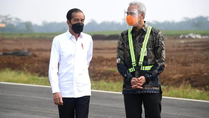 Presiden Joko Widodo (Jokowi) meninjau Bandara Soedirman, Purbalingga, Jawa Tengah. (Biro Pers Sekretariat Presiden/Lukas)
