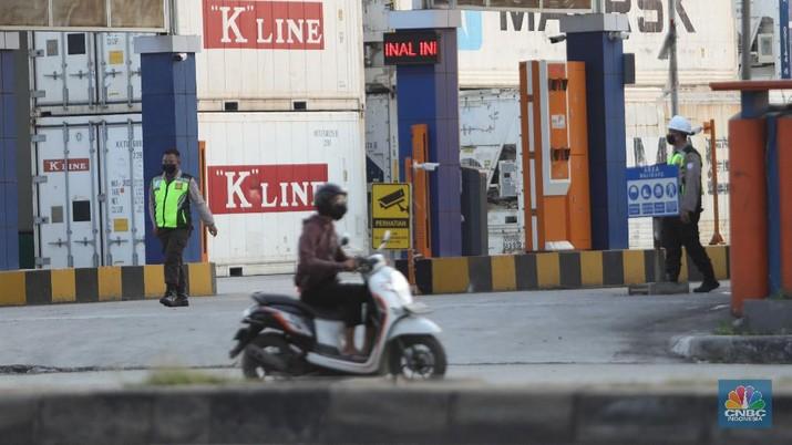 Sejumlah truk bongkar muat melintas di kawasan Tj Priok, Jakarta, Jumat, 11/6. Praktik pungutan liar (pungli) hingga saat ini masih merajalela di kawasan Pelabuhan Tanjung Priok, Jakarta Utara. Seperti pengakuan beberapa supir kepada Presiden Joko Widodo, Kamis (11/6/2021), saat kunjungan ke pelabuhan utama Indonesia ini kemarin. Para pekerja kerah biru ini mengeluhkan, bukan terkait masalah beratnya pekerjaan yang digelutinya, melainkan aksi premanisme juga pungutan liar yang kerap terjadi. Dia berharap, pihak aparat bisa lebih memperketat pengamanan area pelabuhan. Selain itu, pihaknya juga berharap ada transparansi biaya pelabuhan untuk semua aktivitas.  Dari dialog yang dilakukan supir truk dengan Presiden Joko Widodo kemarin, praktik premanisme terjadi saat keadaan jalan sedang macet di mana preman naik ke atas truk, lalu menodongkan celurit kepada supir untuk dimintai uang.  Adapun pungli terjadi di sejumlah depo. Pengemudi truk dimintai uang Rp 5.000 - Rp 15.000 supaya bongkar muat bisa lebih dipercepat pengerjaannya. Jika tidak dibayar, maka pengerjaan bongkar muat akan diperlambat. Hal ini terjadi di Depo PT Greating Fortune Container dan PT Dwipa Kharisma Mitra Jakarta.  Pantauan CNBC Indonesia dilapangan saat di kawasan JICT tampak jarang hampir tak terlihat himbauan banner stop pungli diarea tempat keluarnya truk.  Suasana dipinggir jalan kawasan Tj Priok arah Cilincing juga tak terlihat para kenek parkir di pinggir jalan semenjak ramenya kasus pungli.