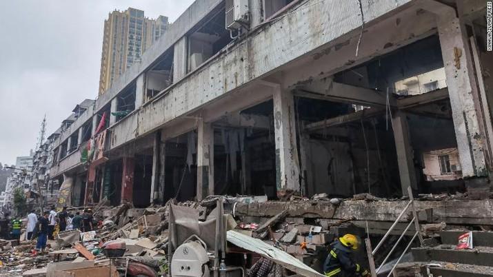 Tim penyelamat bekerja di lokasi ledakan pipa gas di Shiyan, China, Minggu. (Tangkapan Layar via CNN)
