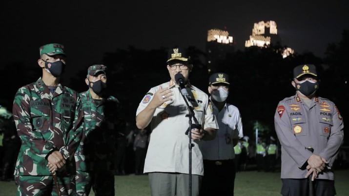Anies Baswedan menggelar Apel Patroli Skala Besar Gabungan di Lapangan Blok S, Kebayoran Baru, Jakarta Selatan. (Dok: Facebook Anies Baswedan)