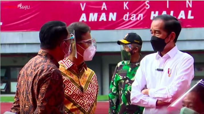 Presiden Joko Widodo (kanan) meninjau vaksinasi Covid-19 massal di Kota Bekasi.