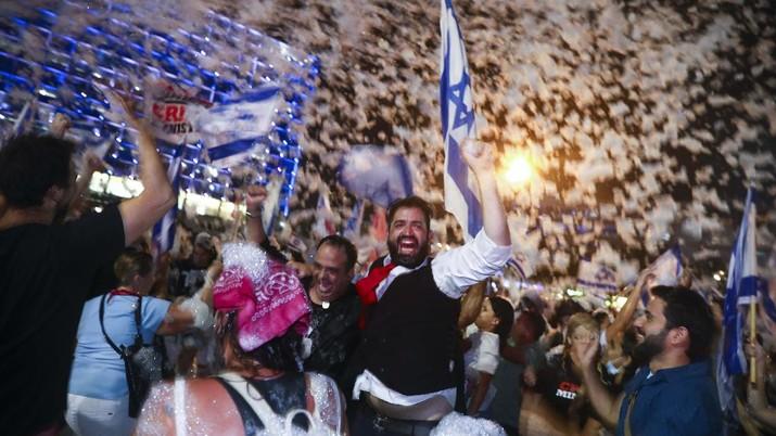 Warga Israel rayakan lengsernya Benjamin Netanyahu. (AP/Oded Balilty)