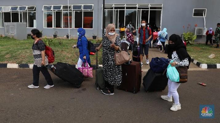 Sejumlah Pekerja Migran Indonesia (PMI) meninggalkan Rumah Sakit Darurat Covid-19 (RSDC) Wisma Atlet Pademangan, Jakarta Utara, usai menjalani karantina, Selasa (15/6/2021). (CNBC Indonesia/Andrean Kristianto)