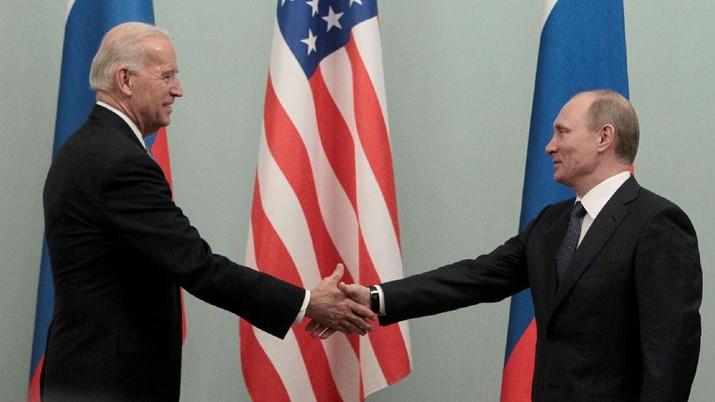 KTT AS-Rusia: Presiden Amerika Putin dan Biden bersalaman. AP/