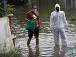 Terjang Banjir, Kerja Keras Nakes Jemput Pasien Covid-19