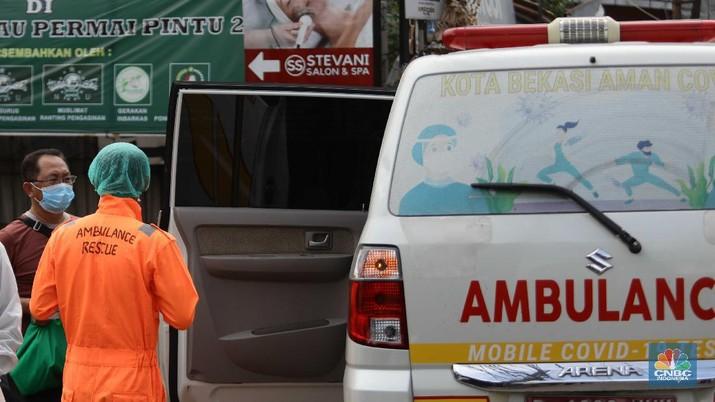 Nakes menjemput pasien covid-19 di tengah banjir. (CNBC Indonesia/ Muhammad Sabki)