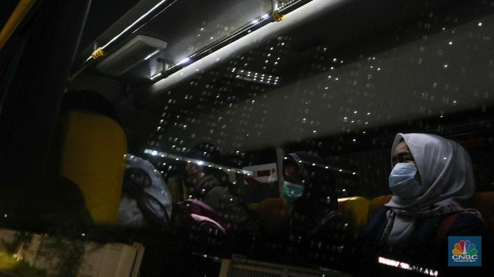 Pengantaran Pasien Covid-19 ke Rumah Sakit Darurat Covid-19 (RSDC) Wisma Atlet Kemayoran, Jakarta, Selasa (15/6/2021). (CNBC Indonesia/ Andrean Kristianto)
