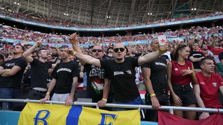 Suporter Hongaria menghadiri pertandingan grup F kejuaraan sepak bola Euro 2020 antara Hongaria dan Portugal di stadion Ferenc Puskas di Budapest, Hongaria, Selasa, (15/6/2021). (AP/Bernadett Szabo)