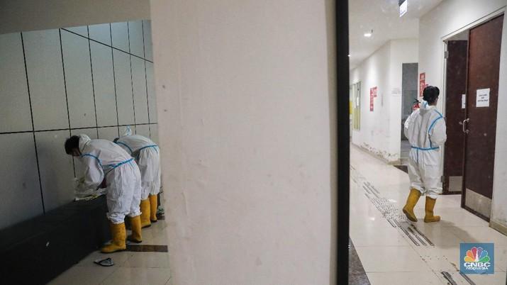 Tenaga Kesehatan di Rumah Sakit Darurat Covid-19 (RSDC) Wisma Atlet Kemayoran, Jakarta, Selasa (15/6/2021). (CNBC Indonesia/ Andrean Kristianto)
