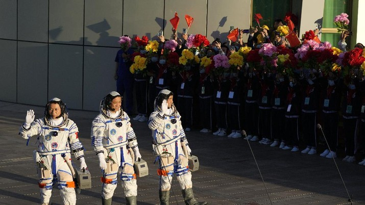 China luncurkan 3 Astronaut ke Stasiun Luar Angkasa. (AP/Ng Han Guan)