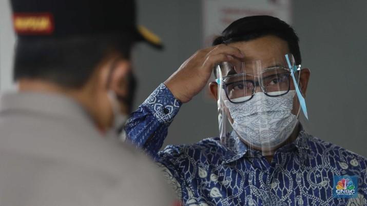 Gubernur Jawa Barat Ridwan Kamil di Stasiun Bogor pantau Vaksinasi pengguna KRL, Kamis (17/6/2021). (CNBC Indonesia/Muhammad Sabki)