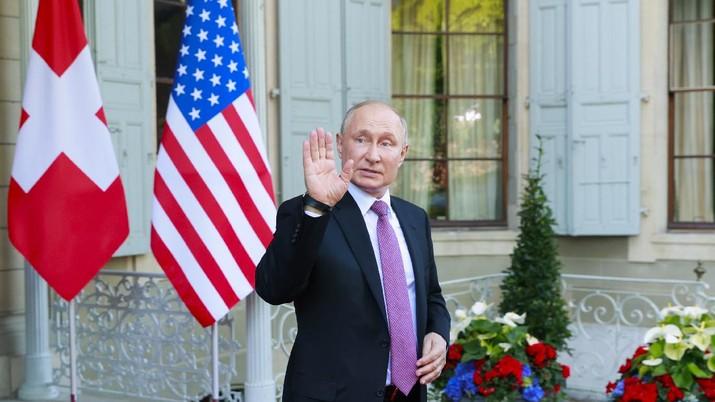 Presiden Rusia Vladimir Putin melambai saat dia pergi setelah KTT AS-Rusia di Villa La Grange di Jenewa, Swiss, Rabu (16/62021). (AP/Denis Balibouse)