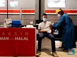 Gaya Jokowi Cek Vaksinasi Penumpang KRL di Stasiun Bogor