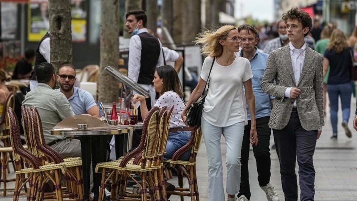 Warga di Prancis sudah boleh lepas masker. (AP/Michel Euler)
