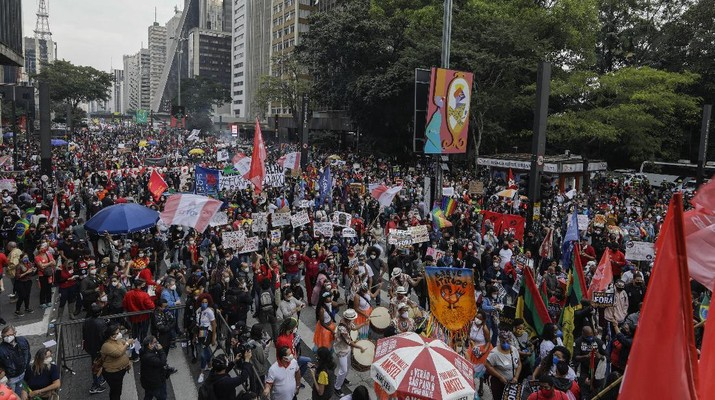 Demonstrators protest against Brazilian President Jair Bolsonaro and his handling of the COVID-19 pandemic on Paulista Avenue, in Sao Paulo, Brazil, Saturday, June 19, 2021. Brazil's COVID-19 death toll is expected to surpass the milestone of 500,000 deaths on Saturday night. (AP Photo/Marcelo Chello)