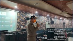 Bandel! Kafe di Jakpus Buka Tengah Malam, Lampu Mati dan Gerbang Dikunci
