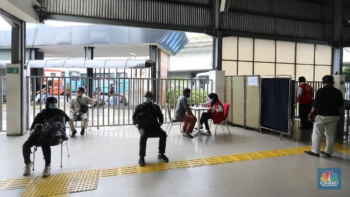 Potret Swab Antigen Acak ke Penumpang Kereta Api (CNBC Indonesia/Tri Susilo)