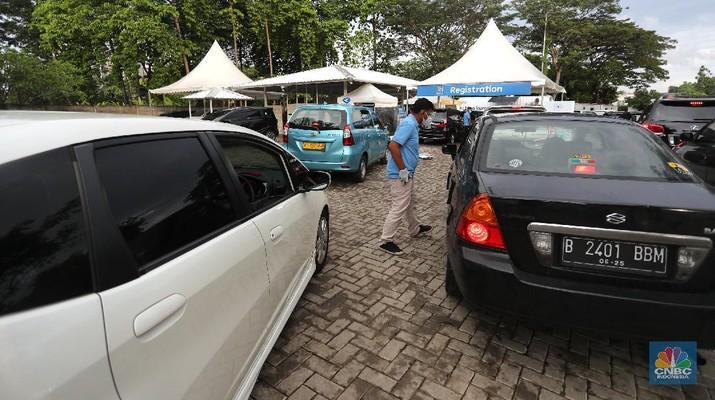 Meningkatnya kasus Covid-19 di Jakarta membuat pelayanan sistem Drive thru banyak dilakukan oleh sebagian farmasi di Jakarta. (CNBC Indonesia/Tri Susilo)