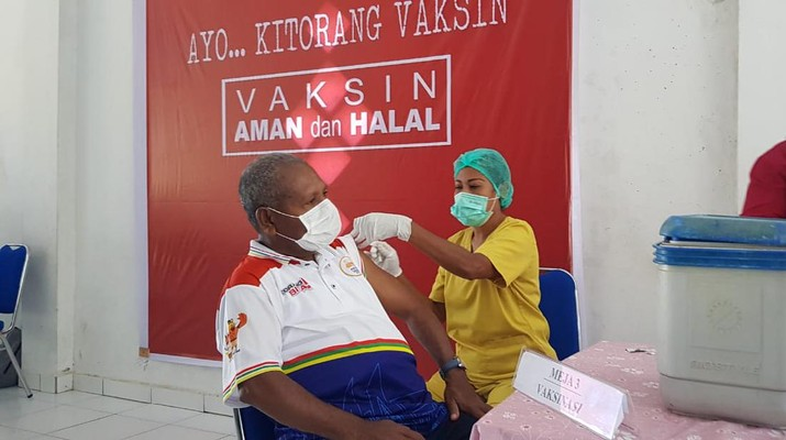 Bupati Jayapura Mathius Awoitauw menjalani penyuntikan vaksin Covid-19 tahap kedua, Kamis (18/3/2021) di Rumah Sakit Umum Daerah (RSUD) Youwari, Doyo Baru, Distrik Waibhu, Kabupaten Jayapura.