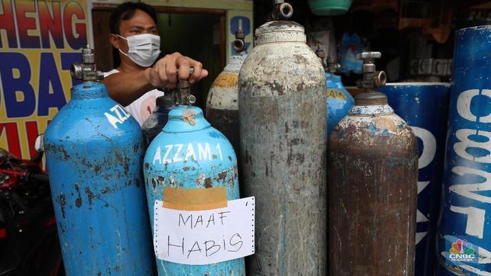Peningkatan permintaan tabung dan pengisian ulang oksigen, sejalan dengan tingginya penambahan kasus Covid-19.  (CNBC Indonesia/Andrean Kristianto)