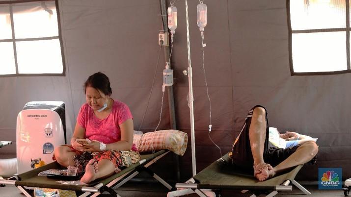 Perawatan pasien di tenda darurat Instalasi Gawat Darurat (IGD) , RSUD tipe B Chasbullah Abdulmadjid, Kota Bekasi, Rabu (23/6/2021).  (CNBC INDONESIA/ANDREAN KRISTIANTO)