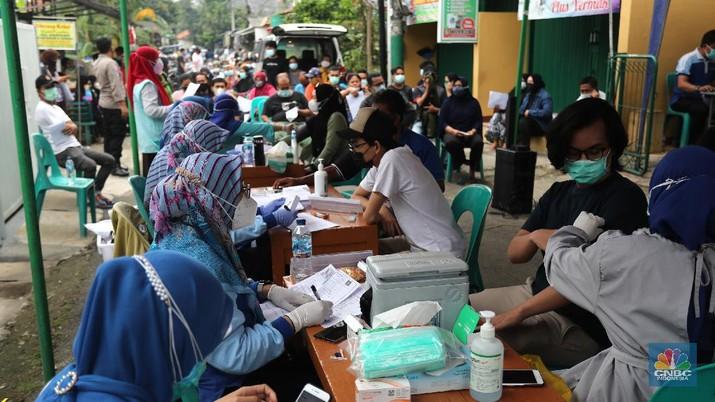 Warga antre untuk penyuntikan vaksinasi Sinovac di zona merah dikawasan Tangerang, Rabu (23/6/221). (CNBC Indonesia/Tri Susilo)