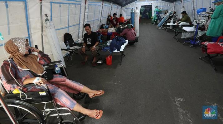 Lonjakan kasus covid-19 di Ibu Kota membuat pasien mendaftar di rumah sakit rujukan covid-19 membeludak. RSUD Cengkareng, Jakarta Barat, mendirikan tenda darurat untuk merespons tingkat keterisian tempat tidur perawatan dan ICU yang sangat tinggi. (CNBC Indonesia/Tri Susilo)