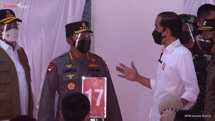 Presiden RI Jokowi Tinjau Vaksinasi Covid-19 Kepada Masyarakat. (Youtube/Bro Pers Sekretariat Presiden)