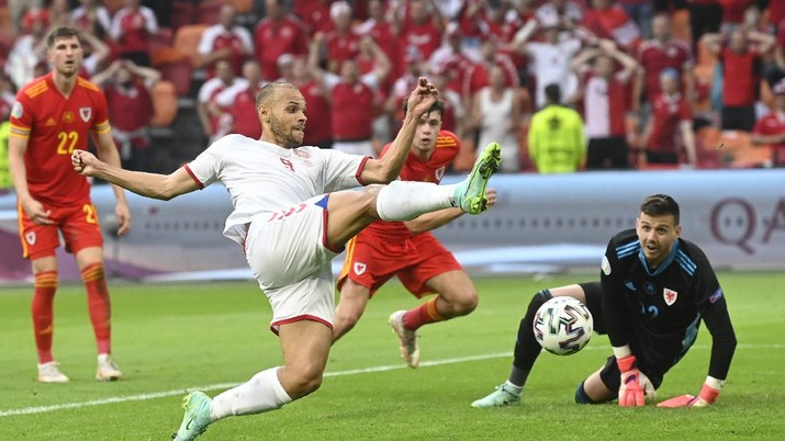 Denmark's Martin Braithwaite, centre, makes an attempt to score during the Euro 2020 soccer championship round of 16 match between Wales and Denmark at Johan Cruyff ArenA in Amsterdam, Netherlands, Saturday, June 26, 2021. (Olaf Kraak/Pool via AP)