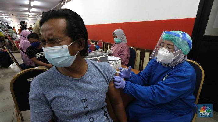 Warga mengikuti vaksinasi massal Covid-19 gelaran Pemkot, Jakarta Timur, di Gelanggang Olahraga (GOR) Ciracas, Senin (28/6/2021). Kouta vaksinasi di GOR Ciracas 1.000 per hari, terdiri dari 500 warga Kecamatan Ciracas dan 500 warga Kelurahan Pasar Rebo. Warga yang tidak memiliki KTP DKI Jakarta pun bisa mengikuti vaksinasi gratis dengan syarat membawa surat pengantar RT/RW. Bagi warga non DKI namun bekerja di Jakarta maka cukup membawa surat pengantar dari perusahaan tempatnya bekerja sebagai syarat mengikuti vaksinasi gratis.     (CNBC Indonesia/ Tri Susilo)