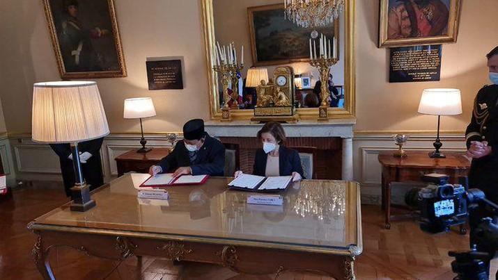 Perjanjian kerja sama pertahanan antara  Prabowo Subianto dan  Florence Parly di Paris. (tangkapan Layar Twitter @ChambardOlivier)