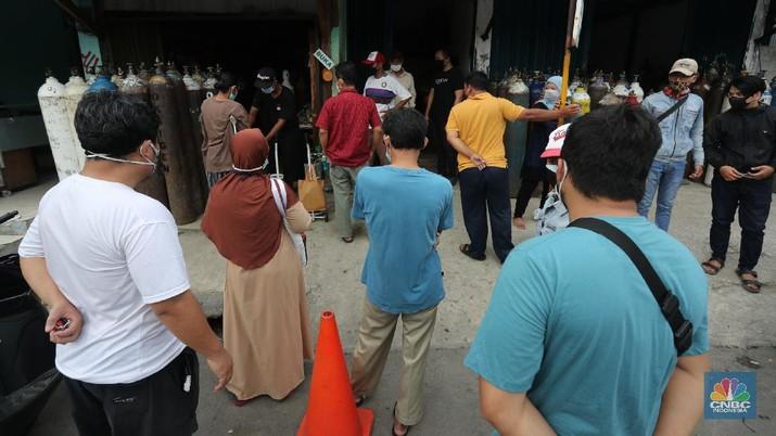 Sejumlah warga mengantre untuk mengisi ulang tabung oksigen di Kawasan Manggarai, Jakarta, Selasa (29/6/2021). Permintaan tabung gas oksigen kian meningkat setelah meledaknya kasus Covid-19 di beberapa rumah sakit di Jakarta. Harga isi ulang tabung oksigen mulai dari harga Rp. 15.000 ribu hingga Rp. 80.000 ribu. Dalam sehari karyawan toko oksigen bisa mengisi ulang 280 tabung oksigen. Ujang (61) menjelaskan