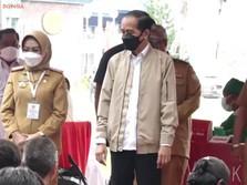 Saat Jokowi Berikan Jaketnya ke Warga di Kendari