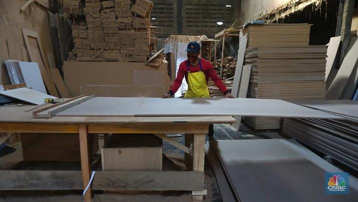 Pekerja menyelesaikan pembuatan peti untuk jenazah Covid-19 di Batu Ceper, Kota Tangerang, Banten, Jumat (2/7/2021). Produksi peti jenazah ditempat tersebut sehari bisa memproduksi 300 hingga 450 peti dengan sistem kerja tiga shift. Menurut Frans Henrik (46) Kenaikan pembuatan peti jenazah naik 100 persen, untuk harga per unit mulai dari Rp. 1,2 juta hingga Rp.1,5 juta