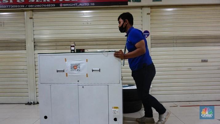 Sejumlah karyawan toko mulai menutup tokonya di mal kawasan Jakarta, Jumat (2/7/2021). Bisnis usat perbelanjaan semakin tertekan karena dilarang beroperasi besok selama PPKM Darurat 3 - 20 Juli 2021, imbasnya tenaga kerja mal dan penyewa tenenttenent sudah pasti dirumahkan. Salah satu karyawan toko mengatakan