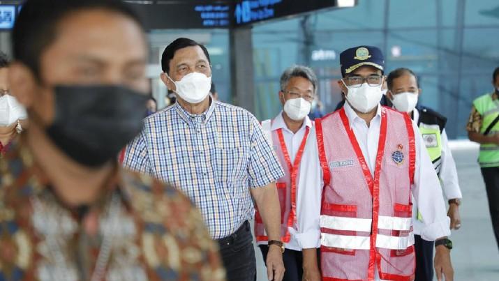 Luhut Binsar Pandjaitan dan Budi Karya Sumadi meninjau vaksinasi di Bandara Soekarno Hatta, Tangerang, Banten, Sabtu (3/7/2021). (Dok: kemenko Kemaritiman dan Investasi)