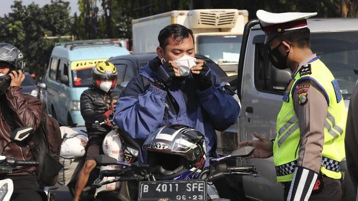 Penyekatan PPKM Darurat. (AP/Tatan Syuflana)