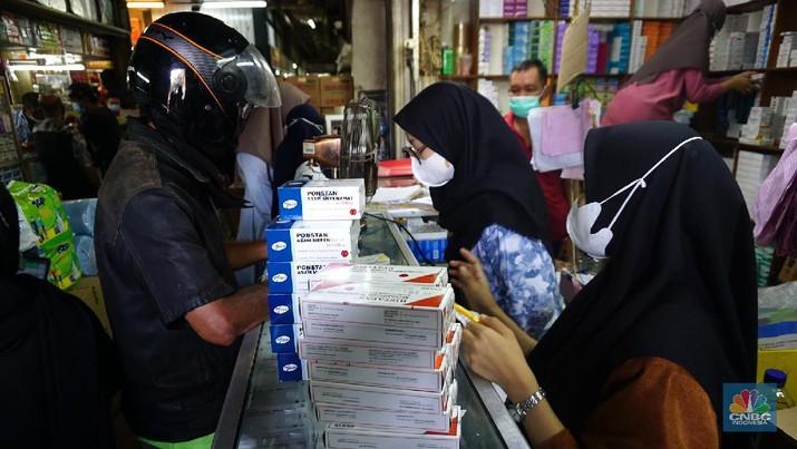 Suasana Penjualan Obat dan Alat Kesehatan di Pasar Pramuka. (CNBC Indonesia/Tri Susilo)
