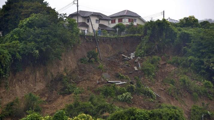 Tanah longsor yang dipicu hujan deras melanda beberapa rumah di wilayah Shizuoka, Jepang, Sabtu, (3/7/2021).  AP/
