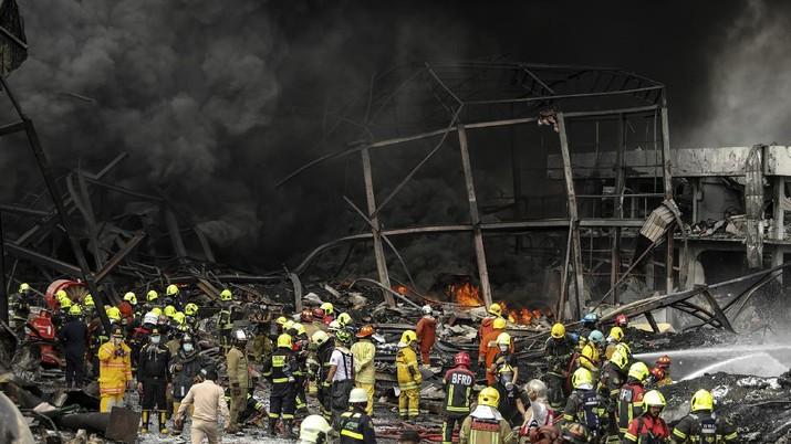 Ledakan yang dipicu kebakaran di sebuah pabrik terjadi di distrik Bang Phli mengguncang Bandara Suwarnabhumi, Bangkok, Provinsi Samut Prakan, Thailand. (AP/Nava Natthong)