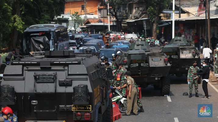 Penyekatan PPKM Darurat di Lenteng Agung, Jakarta, Senin (5/7/2021). (CNBC Indonesia/Andrean Kristianto)