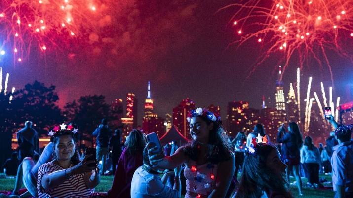 Pesta kembang api kembali lagi di New Orleans pada perayaan Kemerdekaan AS (4/7/2021).  (AP/John Minchillo)