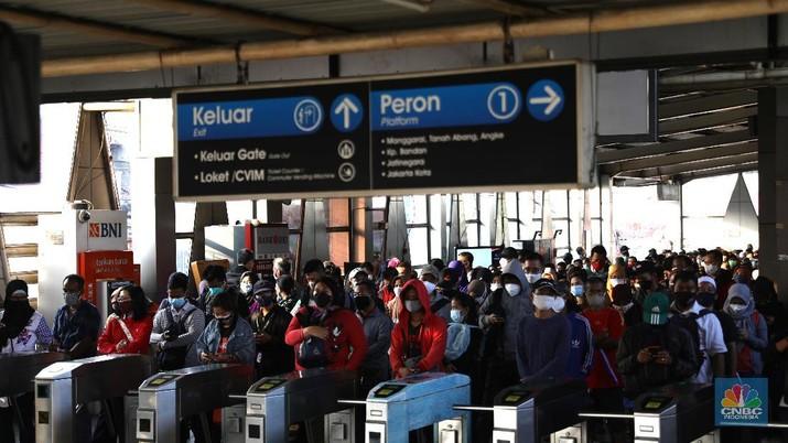 Suasana Antrian penumpang krl di Stasiun Citayam, Depok, Jawa Barat, Senin (5/7/2021). (CNBC Indonesia/Muhammad Sabki)