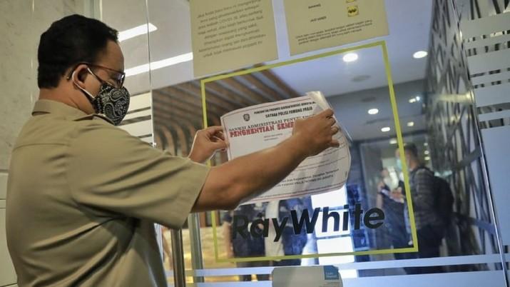 Anies Baswedan, menyegel kantor Ray White saat PPKM Darurat, Selasa (6/7/2021). (Dok: IG aniesbaswedan)