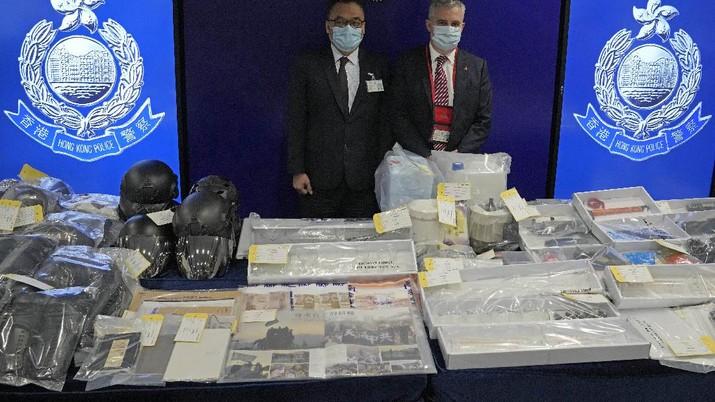 Polisi Hong Kong memperlihatkan sejumlah barang bukti atas penangkapan 9 orang yang merencanakan pemboman di tengah kota. (AP/Kin Cheung)