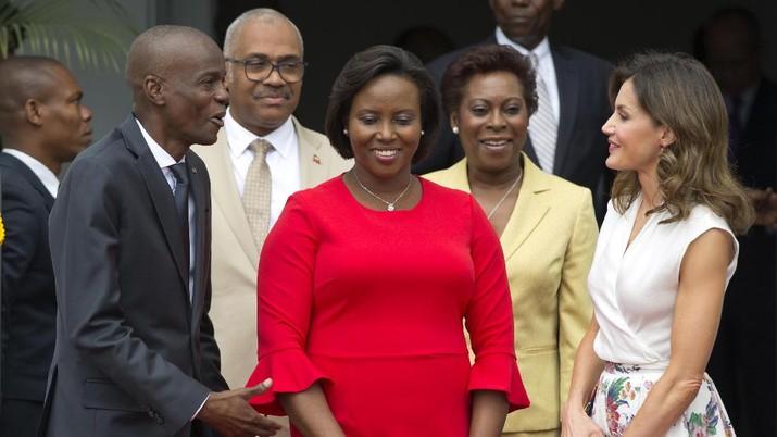 Presiden Haiti Jovenel Moise, kiri, dan Ibu Negara Martine Moise, berbaju merah, menerima Ratu Spanyol Letizia Ortiz di Istana nasional di Port-au-Prince, Haiti, Rabu, 23 Mei , 2018. (AP/Dieu Nalio Chery)