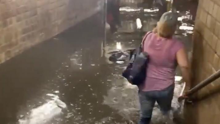 Banjir di stasiun kereta bawah tanah New York. (Tangkapan layar Twitter News For All)