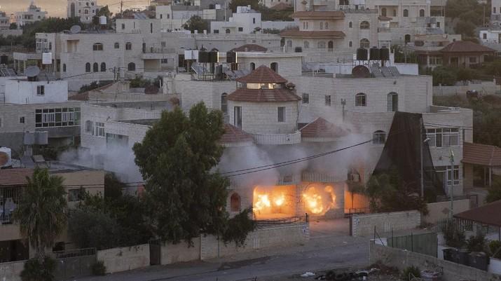 Tentara Israel menghancurkan sebuah rumah milik pria berkewarganegaraan Amerika Serikat (AS) di Tepi Barat. Pria tersebut dituduh telah membunuh mahasiswa Yahudi. (AP/Nasser Nasser)