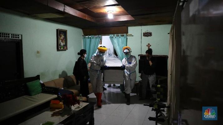 Aksi Sosial Polmas Bogor Jemput Jenazah Covid-19 yang Isolasi di Rumah. (CNBC Indonesia/Muhammad Sabki)