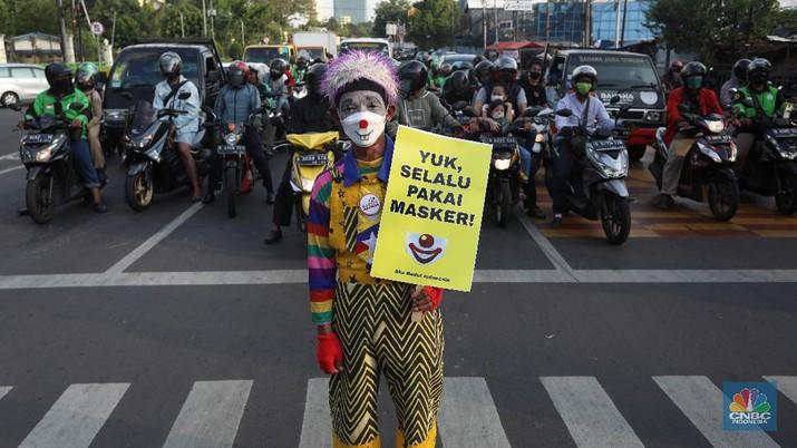 Aksi Badut Kampanyekan Protokol Kesehatan (CNBC Indonesia/Andrean Kristianto)
